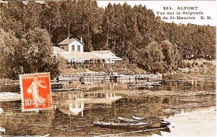 La baignade de Saint-Maurice vue depuis la rive de Maisons-Alfort dans les années vingt. Noter l'importance de la végétation,  tant sur la berge qu'à la surface de l'eau….