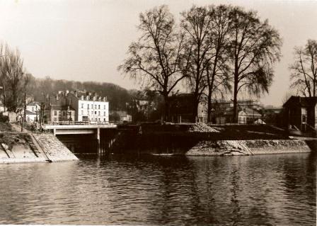 Les dernières maisons anciennes sur le quai du Général Leclerc à Saint-Maurice en 1975. La vue a été prise depuis la rive gauche de la Marne à Maisons-Alfort. Au second plan, le pont passant au-dessus de la sortie du bras de Marne.
