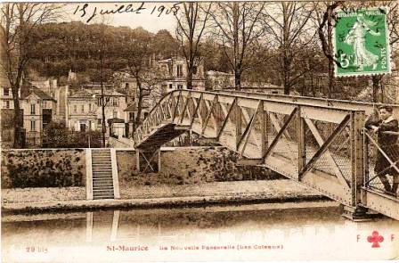 « St-Maurice - La nouvelle passerelle (les Côteaux) »<br> carte postale avec timbre à date de 1908. Cette passerelle franchissait le canal latéral à la Marne à la moitié de son parcours (environ) entre Charenton et Joinville. Elle donnait accès à des espaces de loisirs (baignade, aires de jeu, patronage municipal) installés sur l'île longiligne artificielle créée du fait de l'aménagement du canal. Dans l'axe de cette passerelle, un pont enjambant la Marne permettait de gagner Maisons-Alfort.<br> Au version, une mention intéressante indique : « Les St-Mauriciens (Seine) 8320 habitants,[...] Fête patronale : 4e dimanche de septembre (couronnement de la Rosière, Fondation Mme Bobillot) »