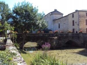 e pont du 15e siècle à Fourcès (Gers). Photo © Claude Razanajao