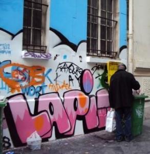 Un chineur dans une rue de Paris