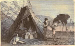 Photographe et son matériel en campagne (1876)