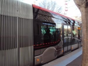 Autobus articulé à Nîmes. Photo © Claude Razanajao (2013)