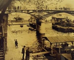 Le pont des arts à Paris au début du 20e siècle