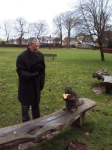 Devant une sculpture en bois du Bury Knowle Park à Eddington (Oxford) en 2012...