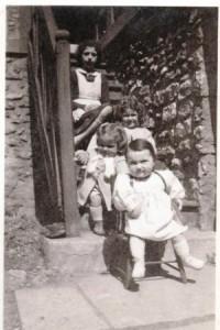 Sur l'escalier de la maison de la Villa des Épinettes (vers 1941)